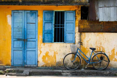 Porte bleue avec la bicyclette Banque d'images