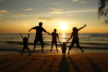 familia viaje: familia feliz en la playa