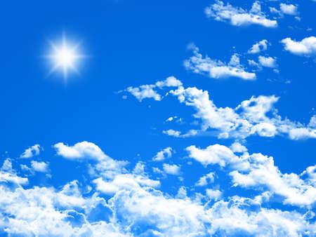 Soleil dans le ciel bleu vif.