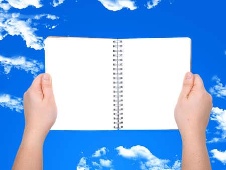 femme main tenant ouvert livre � la page vierge