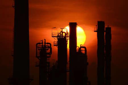 raffinerie de p�trole de la silhouette au lever du soleil, super t�l�