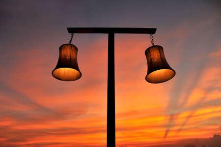 lampe sur le ciel avec le coucher du soleil le soir Banque d'images