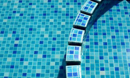 une partie de la piscine avec l'eau bleue