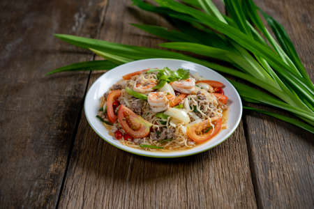 Spicy mama salad with shrimp and pork ,Fried Thai Mama Instant Noodles (Fried Thai Mama Tom yum),Spicy noodle Banque d'images
