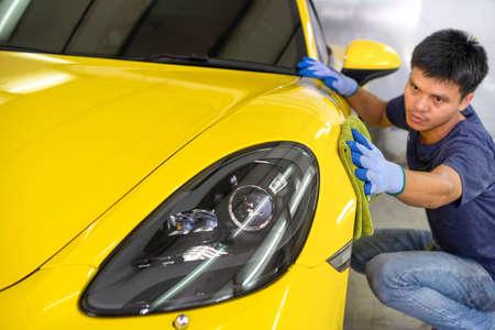 A man cleaning car with microfiber cloth, Selective focus. Foto de archivo