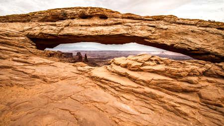 seeing through mesa arch at canyonlands national park Stockfoto