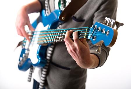 spigola: Uomo che suona una chitarra, isolata su sfondo bianco
