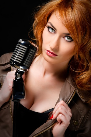 pelirrojas: Mujer hermosa pelirroja con micr�fono retro