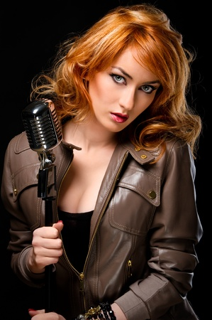 pelirrojas: Chica hermosa pelirroja con micr�fono retro Foto de archivo