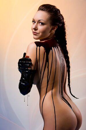 裸の若い美しい女性のボディはダーク チョコレートで覆われています。 写真素材 - 9560197