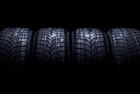 Autobanden geïsoleerd op zwarte achtergrond
