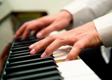 teclado de piano: Manos de los hombres a tocar el piano