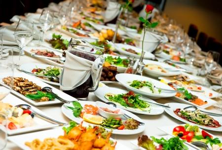 buffet: Tafel met voedsel en drank Stockfoto