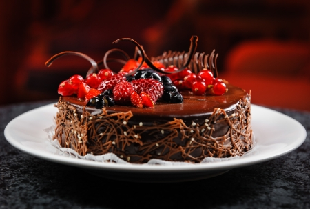 pastel de chocolate: Pastel de chocolate con bayas frescas deliciosa en un plato Foto de archivo