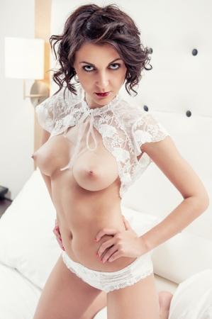 Beautiful breasts: Đẹp khỏa thân brunette trong nhà