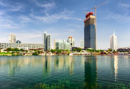 wiedeń: Panoramiczny widok na miasto Donau w okresie letnim. Wiedeń, Austria