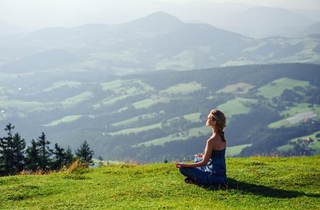 Jovem, mulher meditando ao ar livre Imagens