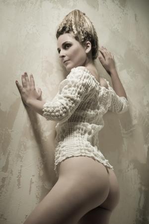 junge frau nackt: Nackte junge Frau posiert im Innenbereich