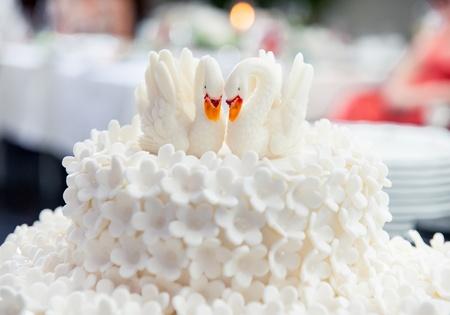 pastel de bodas: Pastel de bodas decorada con cisnes Foto de archivo