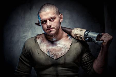 presslufthammer: Muskulösen jungen Mann mit Presslufthammer posiert auf grauem Hintergrund Lizenzfreie Bilder