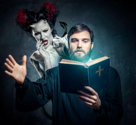 sacerdote: Priest desalojar a los demonios, foto conceptual