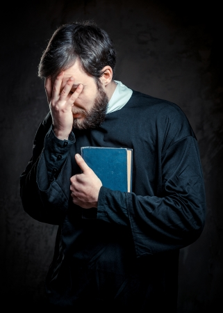 predicador: Sacerdote con libro de Oración Foto de archivo