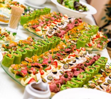 buffet food: Bandejas con aperitivo delicioso diversos