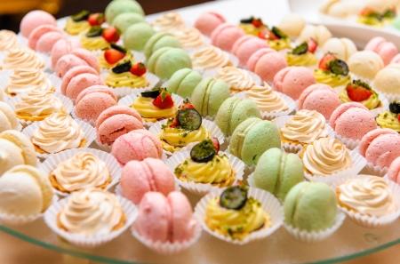 Bandeja con deliciosos pasteles y macarrones