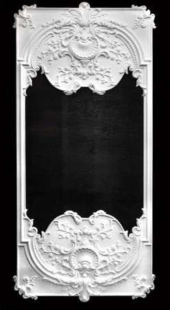 Witte bas rlief frame over zwarte muur Stockfoto