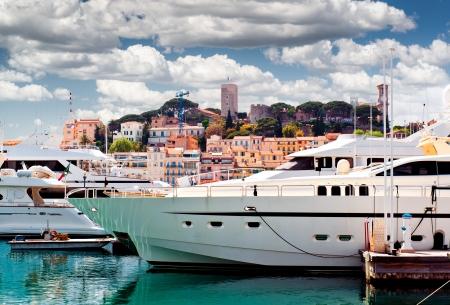 Bekijk van Le Suquet-de oude stad en de haven Le Vieux van Cannes, Frankrijk Stockfoto
