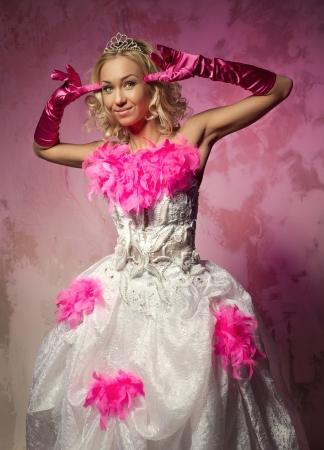 bridal dress: Bella donna in abito da sposa che propone all'interno