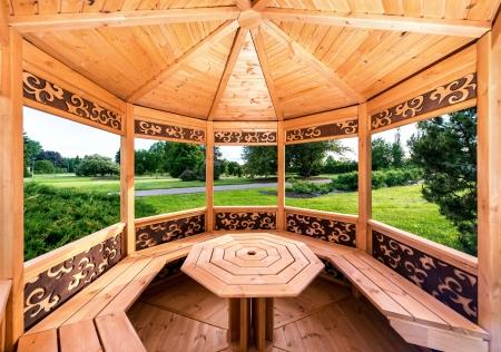 Binnenkant van houten tuinhuisje