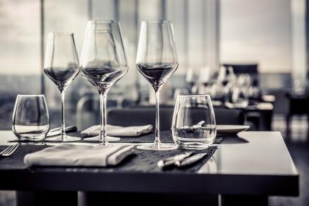 stravování: Prázdné sklenice v restauraci, černobílé fotografie