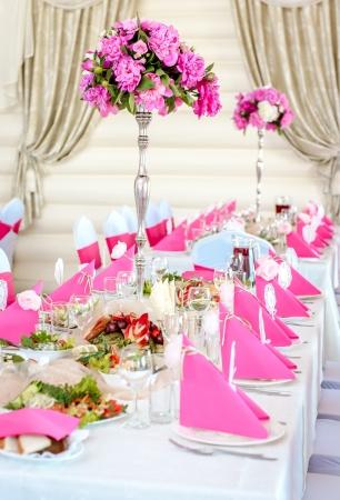 Bruiloft tafeldecoraties in roze en witte kleuren