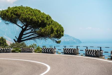 アマルフィ海岸沿いの道路。イタリア