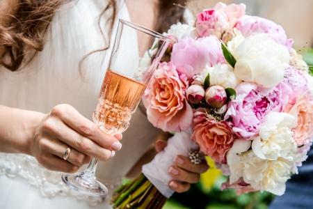 svatba: Krásné svatební kytice a sklenice šampaňského close-up