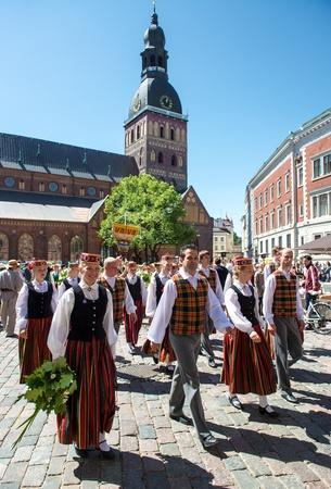 chóralne: Ryga, Łotwa - 07 lipca 2013: Ludzie w strojach narodowych na łotewskim festiwalu Pieśni i Tańca Lipiec 07, 2013 Dom był trzymać od 30 czerwca 2013 do 7 lipca 2013 roku. Publikacyjne