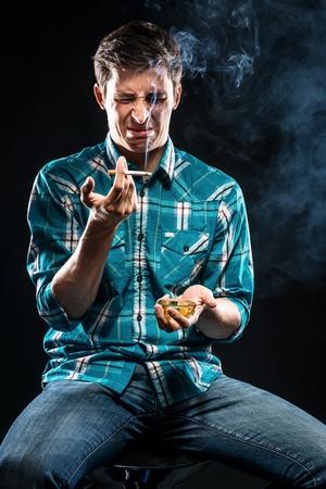 joven fumando: Joven cigarrillos de tabaco