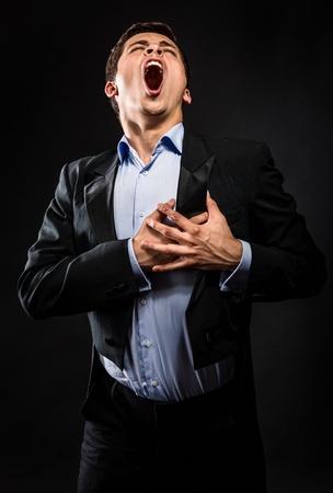 オペラ歌手の黒い背景の上を実行します。