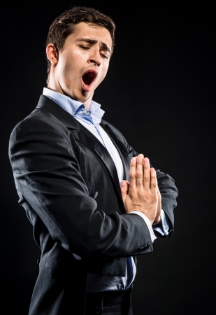 Opera zanger presteren op zwarte achtergrond