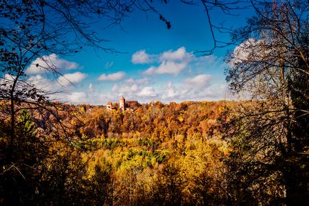 sigulda: Turaida Castillo sobre pintoresco paisaje de oto�o Sigulda, Letonia