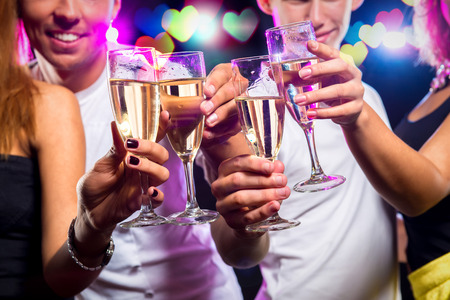Groep mensen met glazen sprankelende champagne over abstracte achtergrond