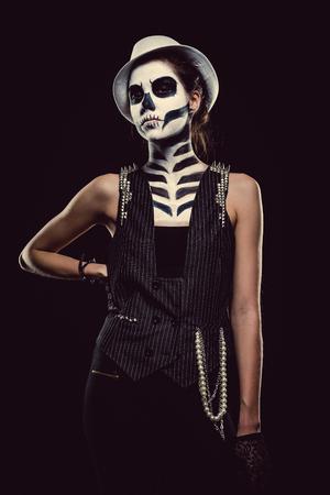 body paint: Mujer con arte de la cara del esqueleto sobre fondo negro