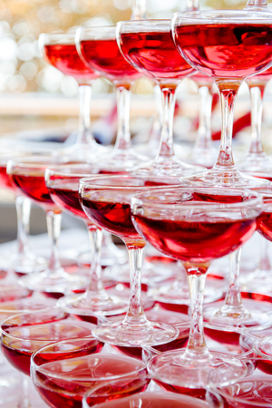 Piramide van roze champagne
