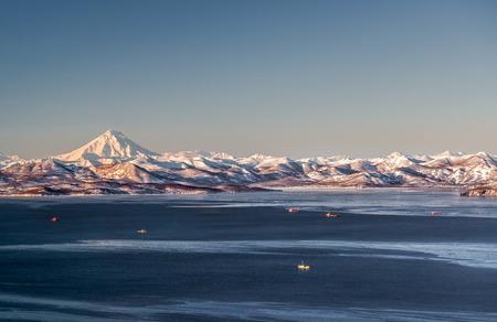 Mooi uitzicht op Viliuchinsky Volcano, Krasheninnikova Bay, Avacha Bay bij zonsopgang Kamchatka Rusland