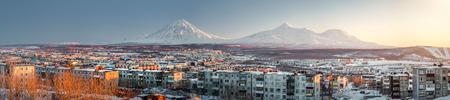 far east: Petropavlovsk-Kamchatsky paisaje urbano Salida del sol sobre Koryaksky y volcanes Avachinsky Lejano Oriente, Rusia