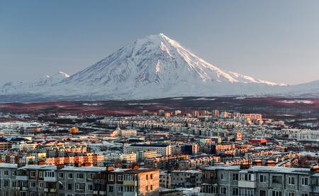 Petropavlovsk-Kamchatsky stadsbeeld en Koryaksky vulkaan bij zonsopgang Verre Oosten, Rusland