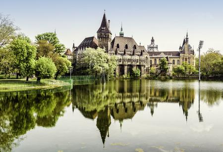 Vajdahunyad castillo vista desde la orilla del lago en Budapest, Hungría Foto de archivo - 28006753