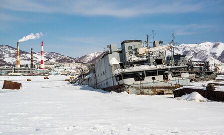 far east: Vista de Petropavlovsk-Kamchatsky buques y la planta de energía de Extremo Oriente, Rusia abandonó