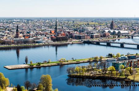 Panorama de la ville de Riga en Lettonie Banque d'images - 28021058